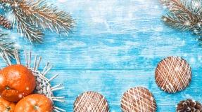 Fondo de madera azul Árbol de abeto verde Fruta con el mandarín y los dulces Tarjeta de Navidad o Año Nuevo Imagenes de archivo