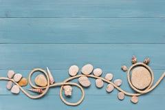 Fondo de madera azul adornado con la cuerda Imagen de archivo libre de regalías