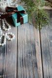 Fondo de madera azul de la caja de regalo de la decoración de la Navidad fotos de archivo libres de regalías
