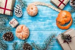 Fondo de madera azul Ramas verdes del abeto, contra Tarjeta de felicitación de la Navidad y Año Nuevo Fotografía de archivo libre de regalías