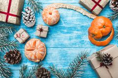 Fondo de madera azul Ramas verdes del abeto, estafa Tarjeta de felicitación de la Navidad y Año Nuevo Imagenes de archivo