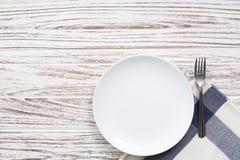 Fondo de madera blanco de la tabla de la placa de la servilleta de los cubiertos vacíos de la bifurcación Foto de archivo