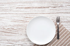 Fondo de madera blanco de la tabla de la placa de la servilleta de los cubiertos vacíos de la bifurcación Imágenes de archivo libres de regalías
