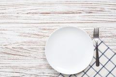 Fondo de madera blanco de la tabla de la placa de la servilleta de los cubiertos vacíos de la bifurcación Fotografía de archivo libre de regalías