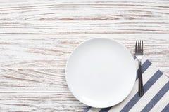 Fondo de madera blanco de la tabla de la placa de la servilleta de los cubiertos vacíos de la bifurcación Imagen de archivo