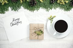 Fondo de madera blanco de la Navidad El marco se adorna con e Foto de archivo libre de regalías