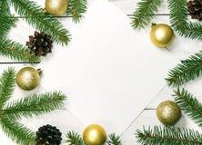 Fondo de madera blanco de la Navidad La frontera adornó ramas del abeto Imágenes de archivo libres de regalías
