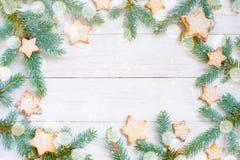 Fondo de madera blanco natural con brunches y galletas spruce imagenes de archivo