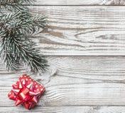 Fondo de madera blanco Verde de la rama del abeto Tarjeta del invierno, regalo de vacaciones Mensaje del ` s de la Navidad o del  Imágenes de archivo libres de regalías