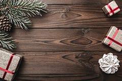 Fondo de madera de Brown Árbol de abeto, cono decorativo Dulces Espacio de mensaje por la Navidad y el Año Nuevo Foto de archivo libre de regalías