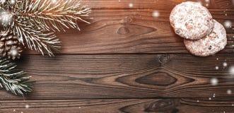 Fondo de madera de Brown Árbol de abeto, cono decorativo Dulces Espacio de mensaje por la Navidad y el Año Nuevo Efecto de escama Fotos de archivo