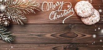 Fondo de madera de Brown Árbol de abeto, cono decorativo Dulces Espacio de mensaje por la Navidad y el Año Nuevo Efecto de escama Foto de archivo