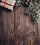 Fondo de madera de Brown Árbol de abeto, cono decorativo Espacio de mensaje por la Navidad y el Año Nuevo Fotos de archivo libres de regalías
