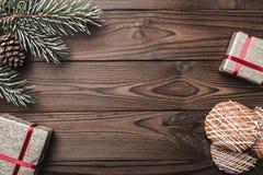 Fondo de madera de Brown Árbol de abeto, cono decorativo Espacio de mensaje por Papá Noel, la Navidad y el Año Nuevo Fotografía de archivo