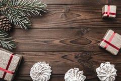Fondo de madera de Brown Árbol de abeto, cono decorativo Melcocha Espacio de mensaje por la Navidad y el Año Nuevo Fotos de archivo