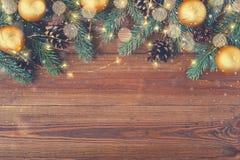 Fondo de madera de Brown con la decoración festiva de la Navidad fotografía de archivo libre de regalías