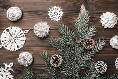 Fondo de madera de Brown Dulces decoraciones de la Navidad y Año Nuevo Árbol y conos de abeto Imagen de archivo