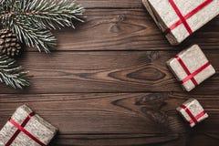 Fondo de madera de Brown Tarjeta de felicitación Árbol de abeto, cono decorativo Espacio de mensaje por la Navidad y el Año Nuevo Imagenes de archivo