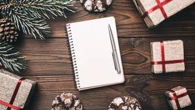 Fondo de madera de Brown Tarjeta de felicitación Árbol de abeto, cono decorativo Espacio de mensaje por la Navidad y el Año Nuevo Imagen de archivo libre de regalías