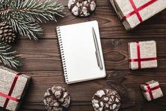 Fondo de madera de Brown Tarjeta de felicitación Árbol de abeto, cono decorativo Espacio de mensaje por la Navidad y el Año Nuevo Fotografía de archivo