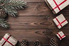Fondo de madera de Brown Tarjeta de felicitación Árbol de abeto, conos decorativos Espacio de mensaje por la Navidad y el Año Nue Fotos de archivo