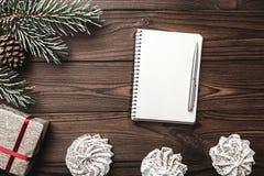 Fondo de madera de Brown Tarjeta de felicitación Carta a Santa Árbol de abeto, cono decorativo Dulces Espacio de mensaje por la N Imágenes de archivo libres de regalías