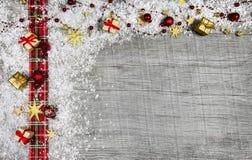 Fondo de madera clásico de la Navidad con rojo y nieve para una a Fotos de archivo libres de regalías