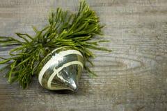 Fondo de madera de color claro de la Navidad y una opinión superior de la bola de oro de la Navidad Plantilla para el espacio del Fotos de archivo