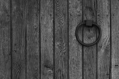 Fondo de madera con el anillo del metal Fotografía de archivo libre de regalías