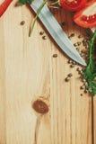 Fondo de madera con el marco del eneldo y de la pimienta Foto de archivo libre de regalías