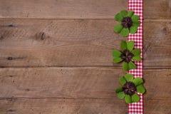 Fondo de madera con la cinta a cuadros roja y blanca y el verde Fotos de archivo libres de regalías