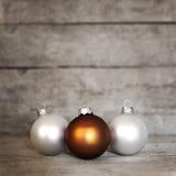 Fondo de madera con las bolas de la Navidad Imagen de archivo