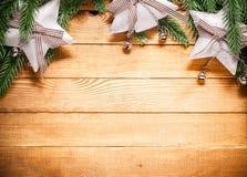 Fondo de madera con las decoraciones de la Navidad Fotografía de archivo libre de regalías