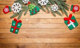 Fondo de madera con las decoraciones de la Navidad Fotos de archivo