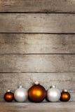 Fondo de madera con las decoraciones de la Navidad Imagenes de archivo
