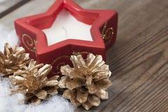 Fondo de madera con las decoraciones de la nieve y de la Navidad del invierno encendido Fotos de archivo libres de regalías