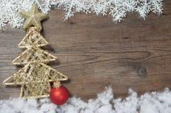 Fondo de madera con las decoraciones de la nieve y de la Navidad del invierno encendido Imagenes de archivo
