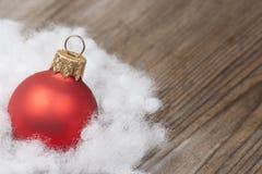 Fondo de madera con las decoraciones de la nieve y de la Navidad del invierno encendido Fotografía de archivo libre de regalías