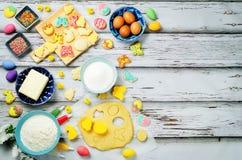 Fondo de madera con las galletas y los ingredientes de Sugar Easter para los vagos Foto de archivo libre de regalías