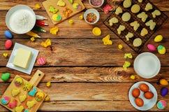 Fondo de madera con las galletas y los ingredientes de Sugar Easter para los vagos Imagen de archivo