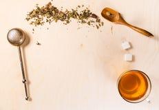 Fondo de madera con los accesorios del té Imagen de archivo