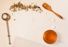 Fondo de madera con los accesorios del té Imagenes de archivo