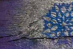 Fondo de madera con los copos de nieve de plata en un fondo azul y púrpura Año Nuevo, la Navidad, fondo, textura Imagen de archivo