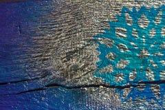 Fondo de madera con los copos de nieve de plata en un fondo azul y púrpura Año Nuevo, la Navidad, fondo, textura Imagen de archivo libre de regalías