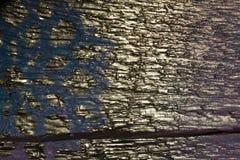 Fondo de madera con los copos de nieve de plata en un fondo azul y púrpura Año Nuevo, la Navidad, fondo, textura Fotografía de archivo
