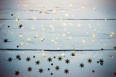Fondo de madera con los copos de nieve y las estrellas Foto de archivo
