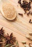 Fondo de madera con los cristales del azúcar marrón Imagen de archivo