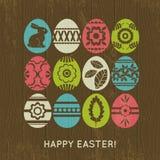 Fondo de madera con los huevos de Pascua del color Fotografía de archivo