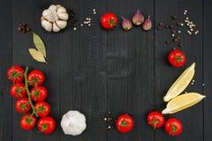 Fondo de madera con los ingredientes para cocinar Imágenes de archivo libres de regalías
