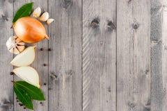 Fondo de madera con los ingredientes para cocinar Imagen de archivo libre de regalías
